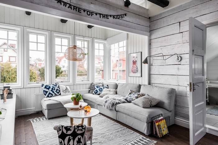 deco scandinave salon, parquet en bois, tapis en blanc et noir à motifs géométriques, fenêtres à carreaux