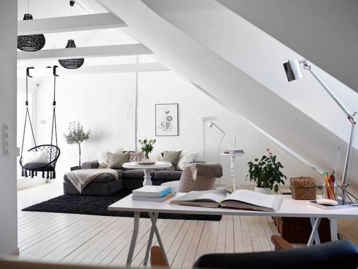 esprit scandinave, plafond avec poutres en bois peint en blanc, suspension luminaire en noir, tapis moelleux en noir