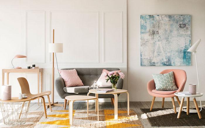 style scandinave, meubles en bois, tapis à motifs triangulaires en beige et orange, petite chaise en rose pastel