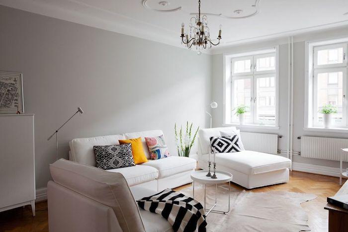 inspiration scandinave, plafond blanc avec décoration en plâtre, canapé blanc avec coussins décoratifs