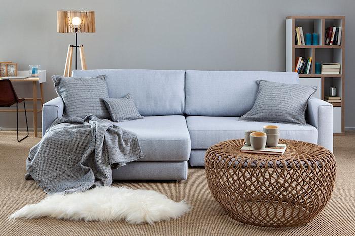 salon scandinave, lampe sur pied en bois, petit bureau en bois, chaise en fer forgé avec dos en bois, canapé en bleu
