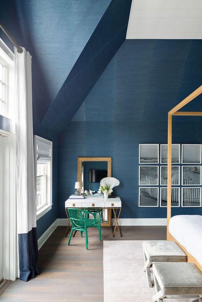 tissu velours, murs bleu foncé et plafond blanc, grandes fenêtres à carreaux, cadre de lit en bois, tapis beige