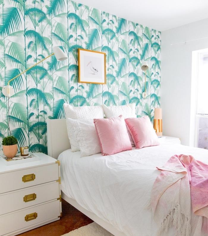 papier peint tropical, chambre à coucher femme, mur et plafond blanc, lampe sur pied en laiton, coussins décoratifs en rose pastel