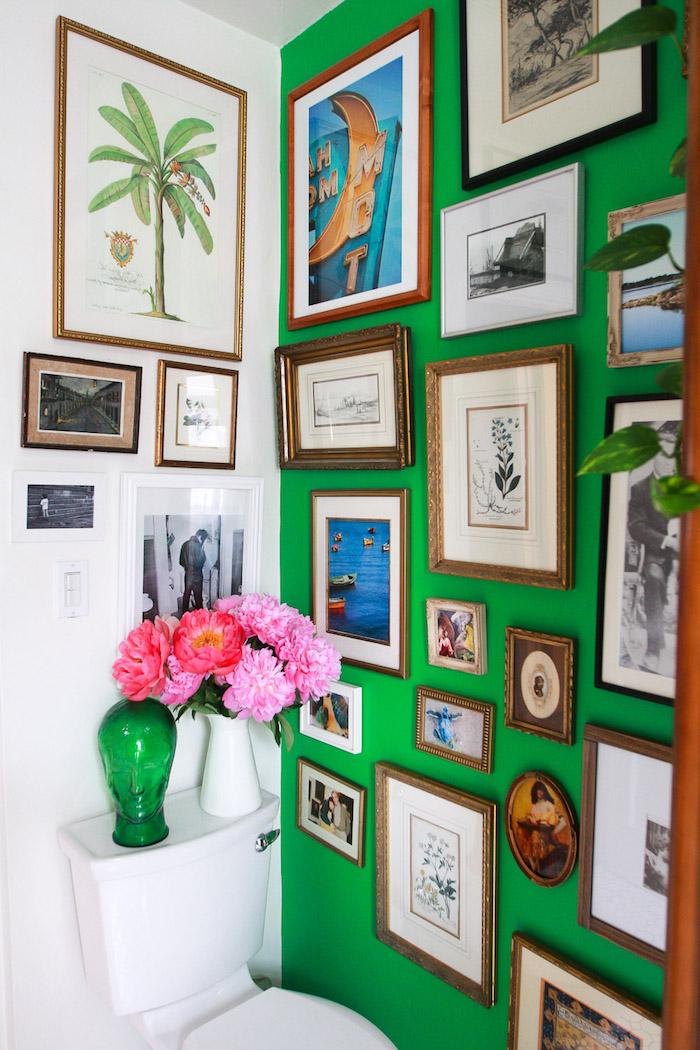 déco appartement, petite salle de bain avec mur blanc et vert, cuvette wc avec décoration vase verte et blanche, mur de cadre en bois