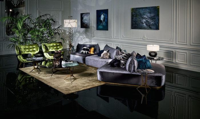 décoration appartement, sol noir effet miroir, murs blancs avec décoration en plâtre, canapé en velours violet avec coussins en fausse fourrure