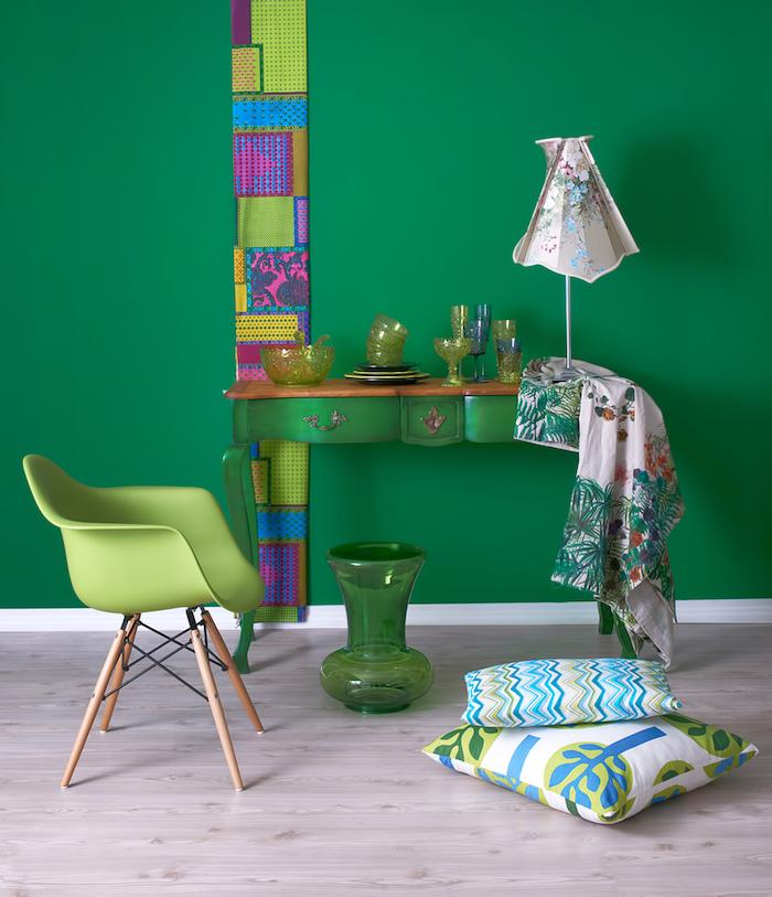 motif tribal, vase en verre verte, coussins décoratifs à motifs tropicales, meuble vintage en bois peint en vert, chaise verte avec pieds en bois