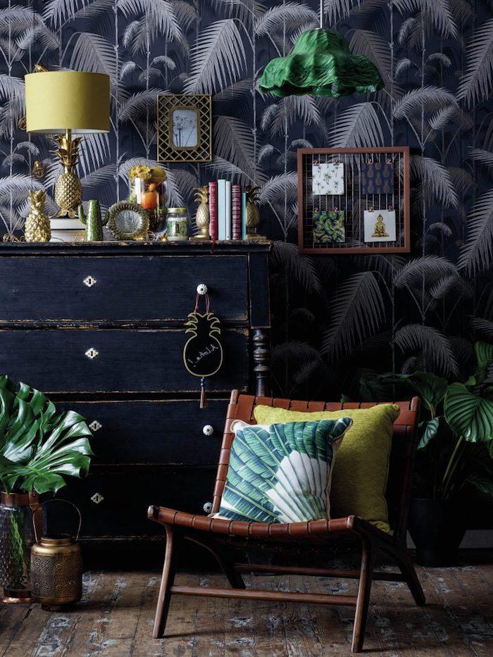 oasis tropical, lampe jaune à inspiration ananas, armoire en bois peinte en noir, cadre photo vide en bois, papier peint tropical