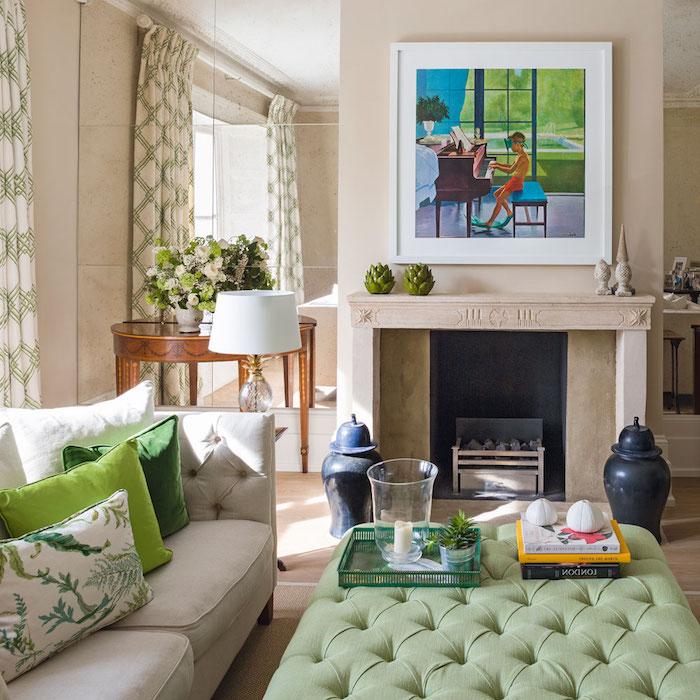tissu tropical, canapé boutonné en blanc, rideaux longs en blanc et vert, grand miroir, tapis beige, bouquet de fleurs vert et blanc