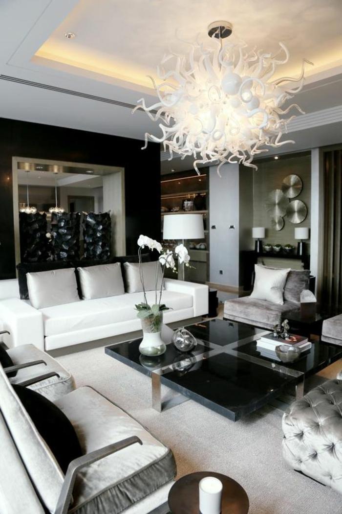deco moderne salon, table carrée et plafond extravagant, canapés blancs