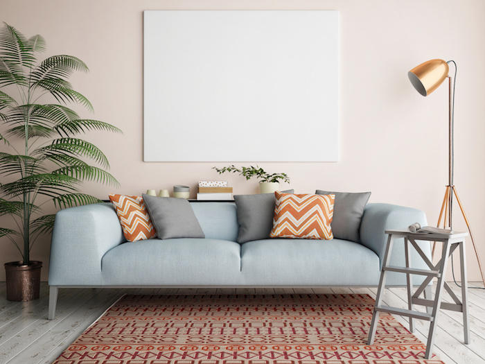 tapis motifs géométriques, meuble en bois peint en ivoire, rêvetement de sol en bois claire, plantes tropicales