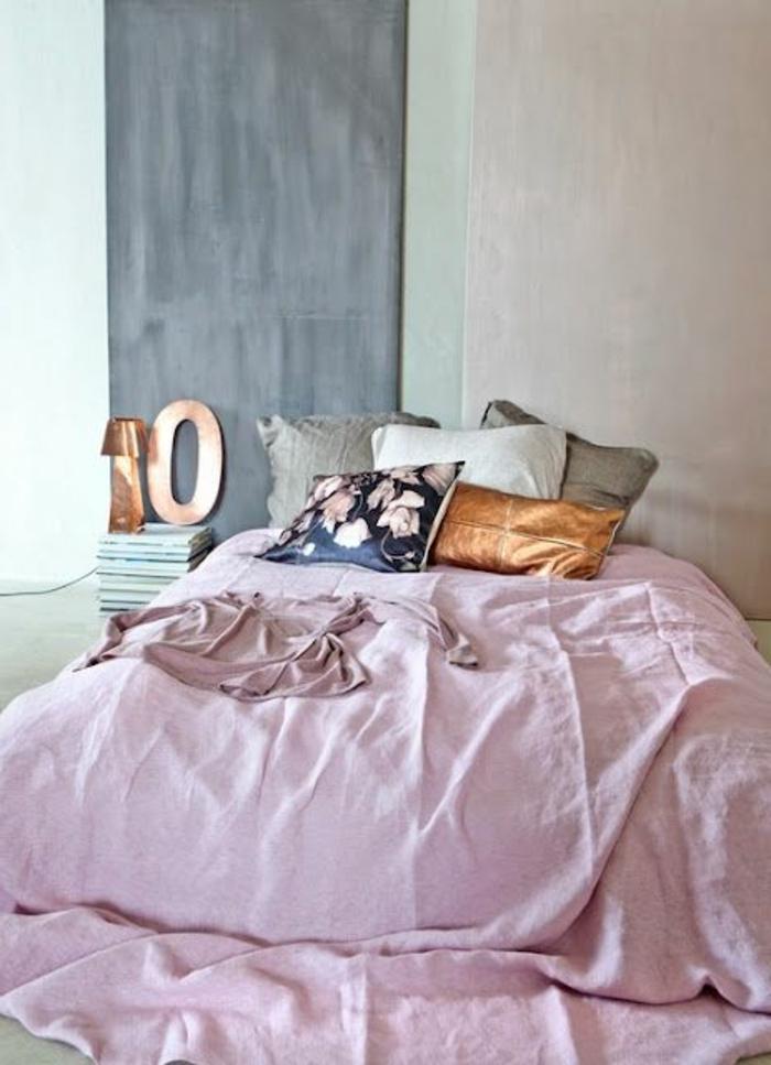 deco peinture chambre, lit rose, coussins déco, coussin floral, coussin marron, coussins gris et blancs