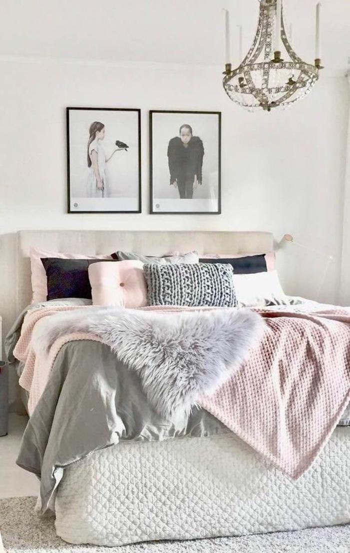 deco peinture chambre, photographies encadrées en gris, plafonnier original, housses de couettes roses et gris