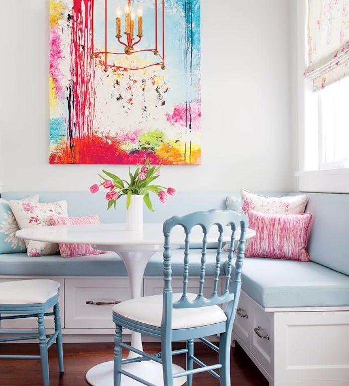 deco salle a manger, canapé d angle avec coussins s assise bleu clair, chaises bleu pastel, coussins rose et bleu, bouquet de tulipes et peinture murale abstraite, meubles vintage