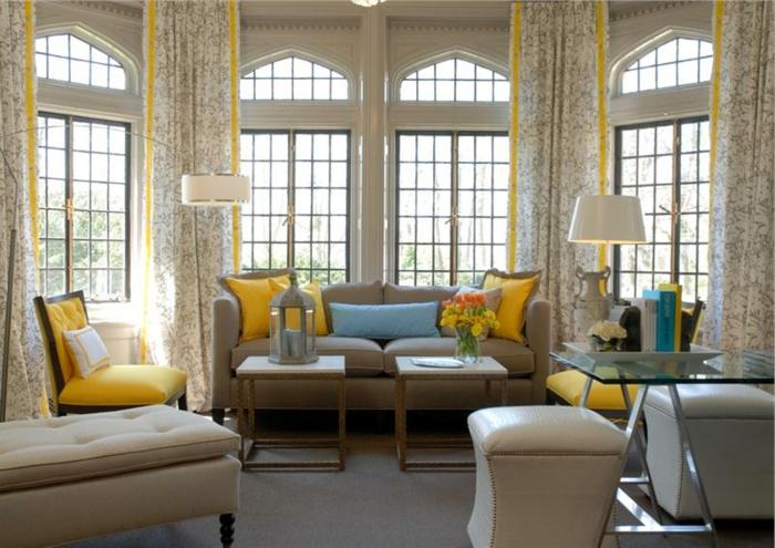 deco salon contemporain, salon taupe clair, porte-fenêtres et coussins déco jaunes