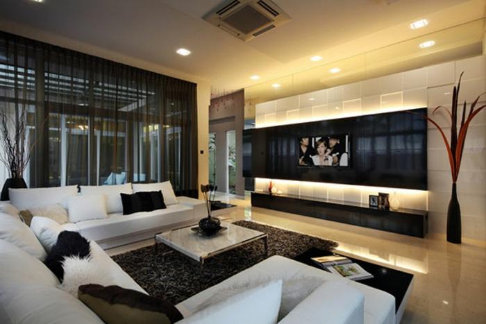 deco salon moderne, tapis gris foncé, coussins décoratifs, petite table avec plateau marbré, rideaux transparents