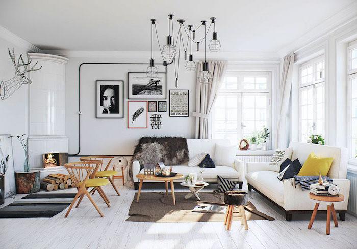 inspiration scandinave, cheminée au coin blanche, figurine tête de cerf avec cornes en fer, rideaux beige
