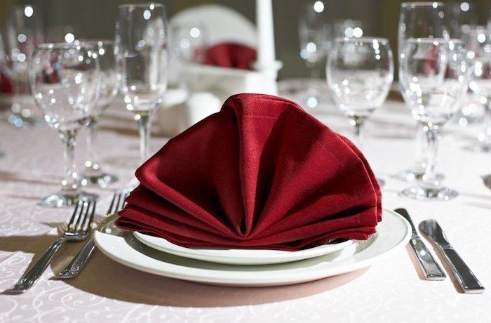 activité créative, comment arranger une table, pliage de serviette origami en tissu rouge