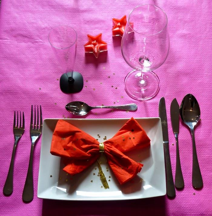 arrangement de table de fête, faire un ruban origami avec serviette en tissu rouge, nappe de table violette
