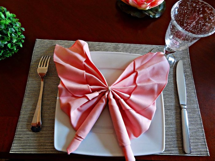 pliage serviette papillon, arrangement de table originale, pliage de serviette en tissu rose