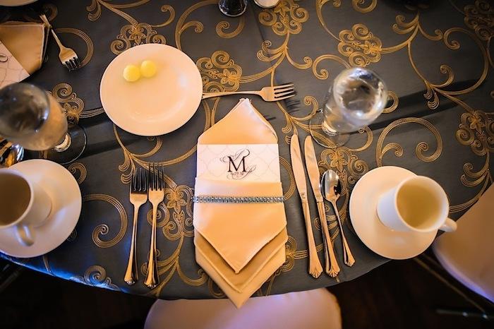idée comment arranger une table de mariage élégant, service de café et couverts de table, nappe de table noir et or