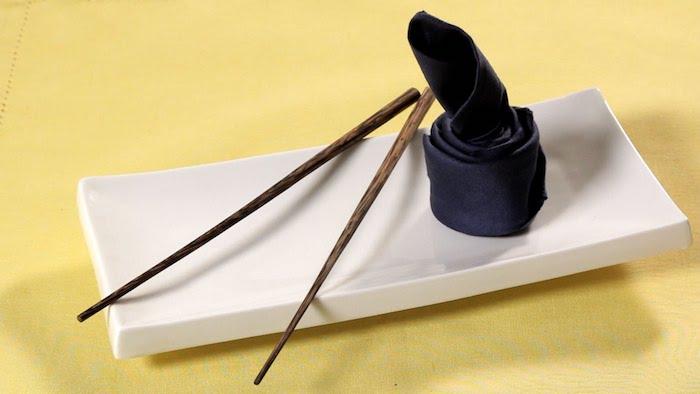 modèle de pliage serviette en forme sushi, déco de table avec nappe jaune