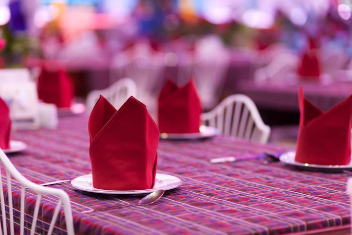 arrangement de table, pliage de serviette rouge, nappe de table rouge, décoration élégante