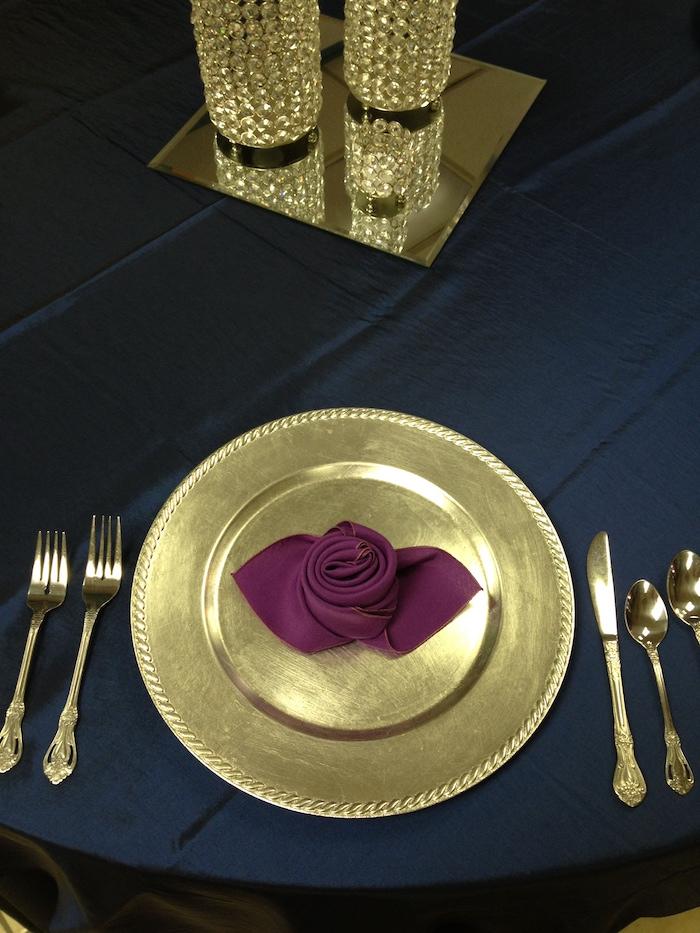 pliage de serviette en papier facile, fourchette et cuillères en or, serviette violette plie en forme de rose