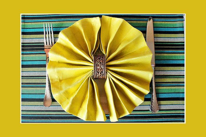 pliage de serviette en tissu jaune, arrangement de table, rond de serviette à motifs floraux