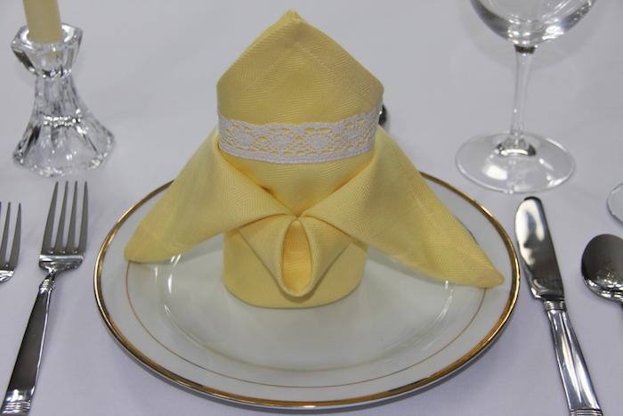 comment arranger une table élégante, technique origami serviette jaune avec dentelle blanche