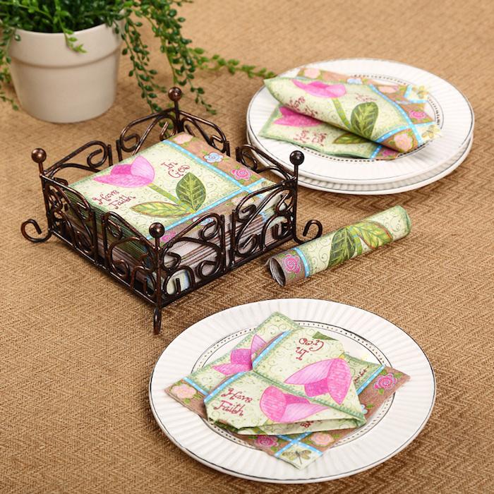 idée déco, pack de serviettes à motifs floraux, pliage de serviette en forme de coeur, nappe de table beige