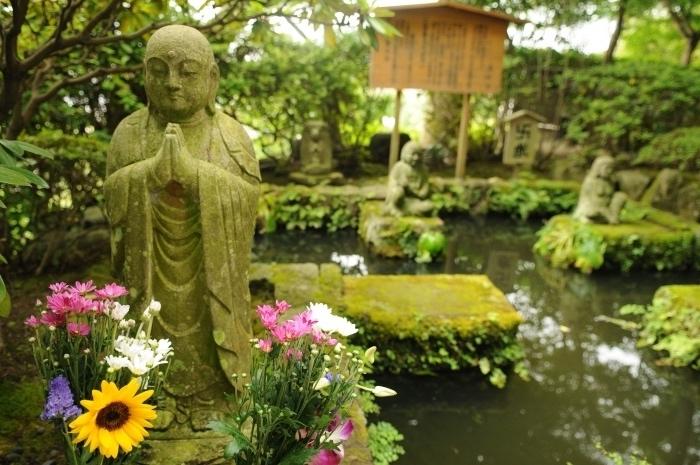deco jardin zen, un petit lac avec de petits ilots, recouverts de mousse, maisonnette en bois diy, statue de bouddha en pierre, entouré de fleurs fraiches