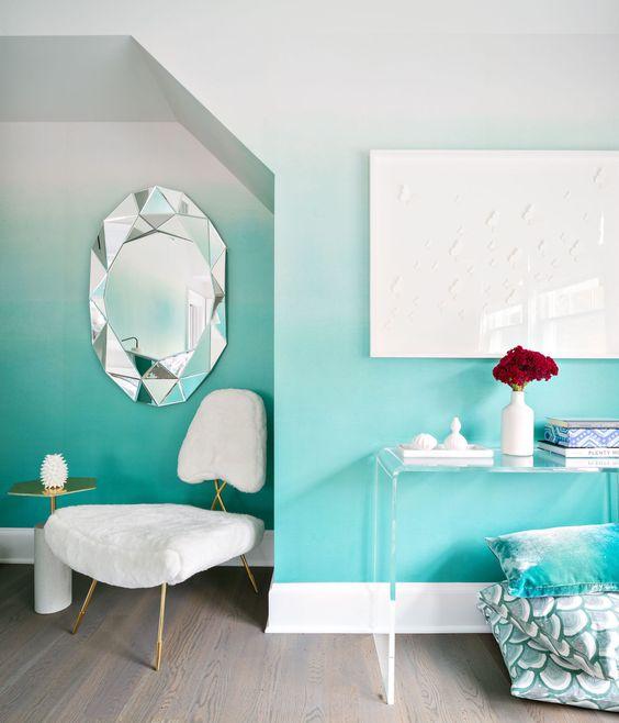 decoration murale vert pastel et blanc ombré. miroir ovale, cadres bulles d eau, chaise blanche design, table d appoint transparente, parquet marron