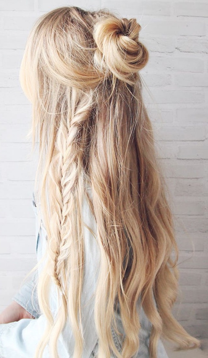 cheveux longs dégradé blond, demi chignon facile avec une tresse dans les cheveux, coiffure boheme chic facile a realiser