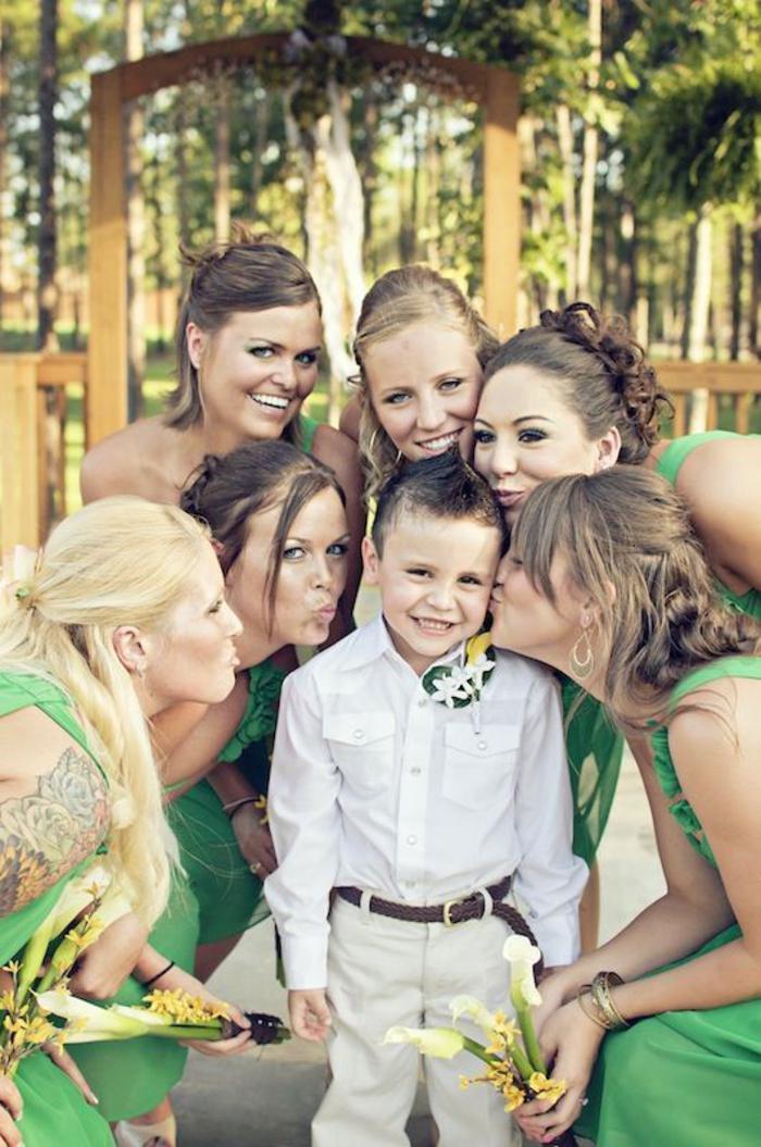 photo mariage de groupe avec les demoiselles entourant un petit garçon trop mignon