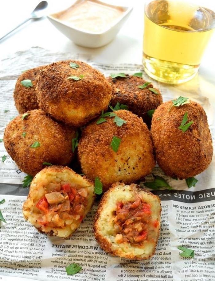 boulettes de patates avec un farce de champignons, oignons, piments, idée de recette entre amis tapas