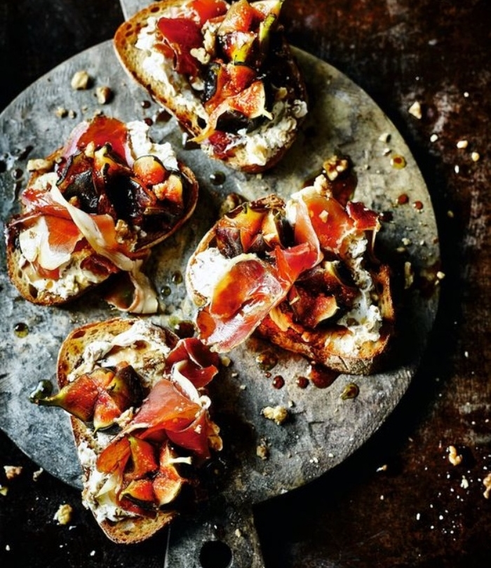 bruschetta au fromage à la crème, figes poêlés, jambon et noix, recette de tapas à partager avec des amis