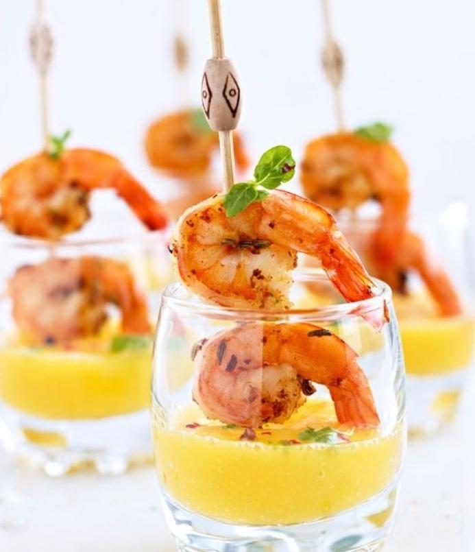 recettes tapas faciles, des crevettes dans une purée de mango, servi dans un verre, spécialité espagnole exotique