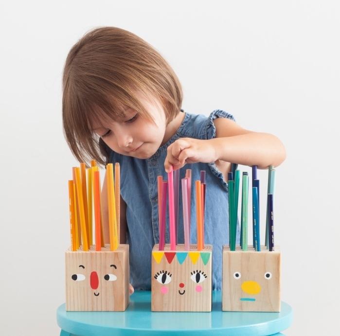 cubes en bois transformés en diy rangement pot a crayon, dessin tête de bonhomme coloré, idée organisateur bureau