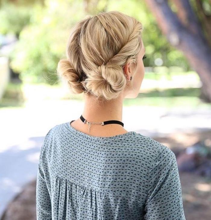 idée de coiffure facile pour femme, macarons bas, mèches de devant entortillées, look élégant et joyeux, cheveux longs, blond