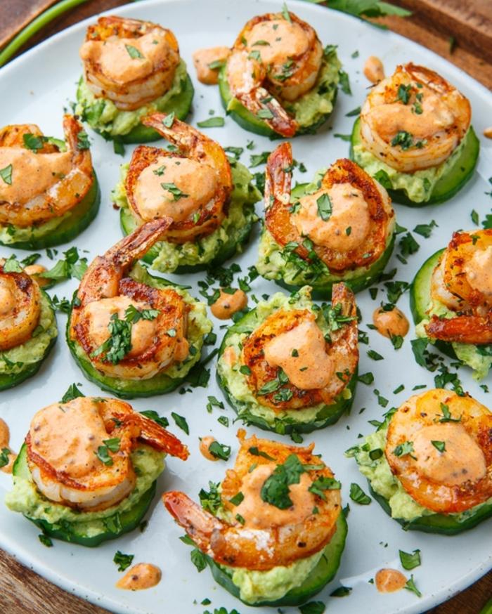 des rondelles de concombre garnis de mousse d avocat, crevettes frites, idée de spécialité espagnole, tapas facile