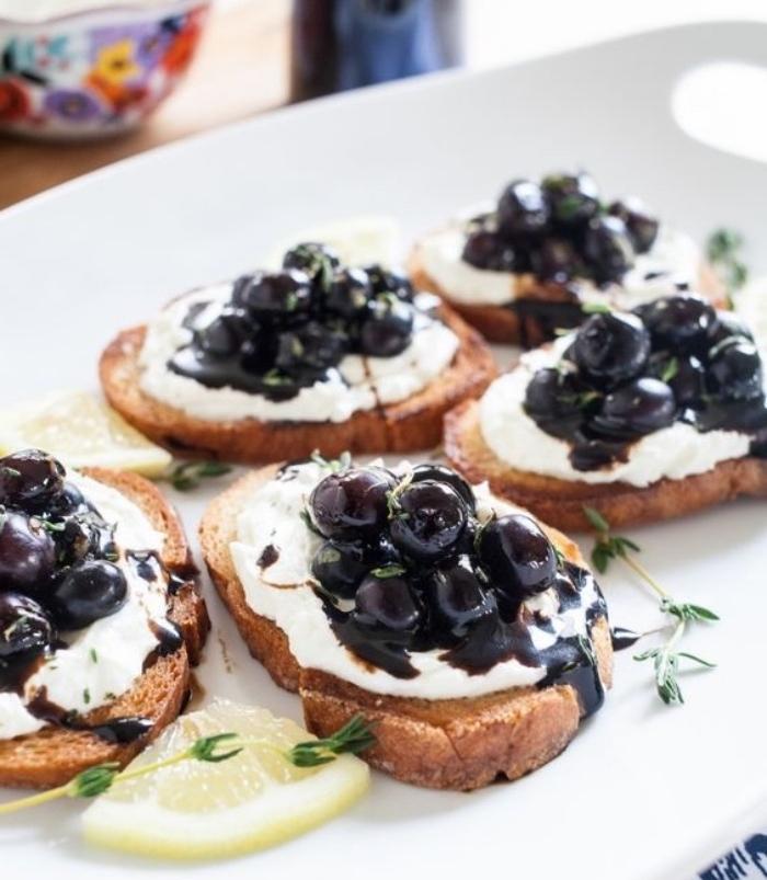 crostini tartinées de fromage de chèvre, sauce myrtilles et balsamique, recette tapas facile et rapide a faire