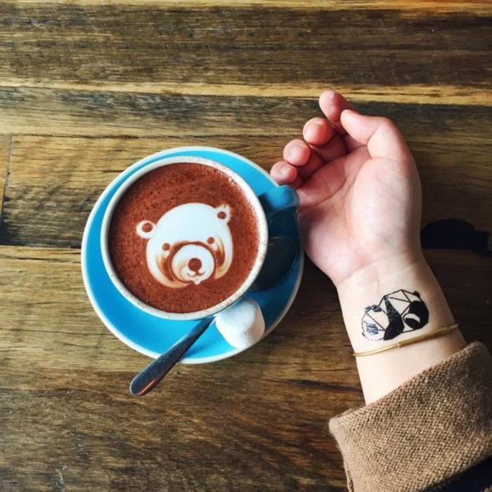 un tatouage minimaliste temporaire représentant un panda géométrique