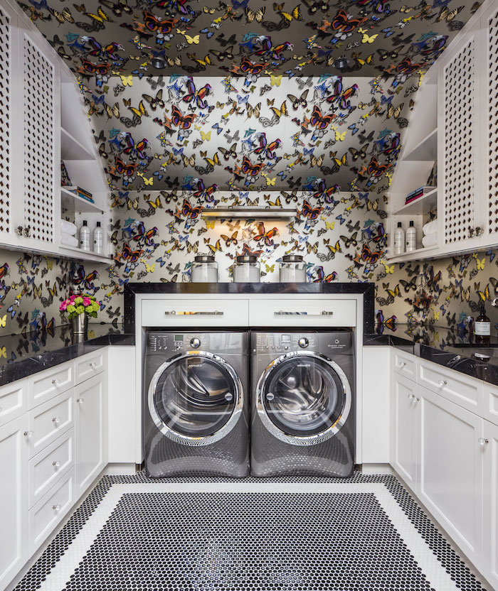 décoration appartement, papier peint à motifs papillon, laveuse et sécheuse en gris, meubles en bois peints en blanc