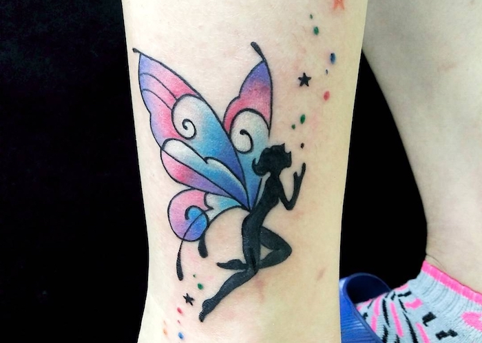 femme tatoué, fée avec ailes de papillon violet et bleu, art corporel d'inspiration conte de fée