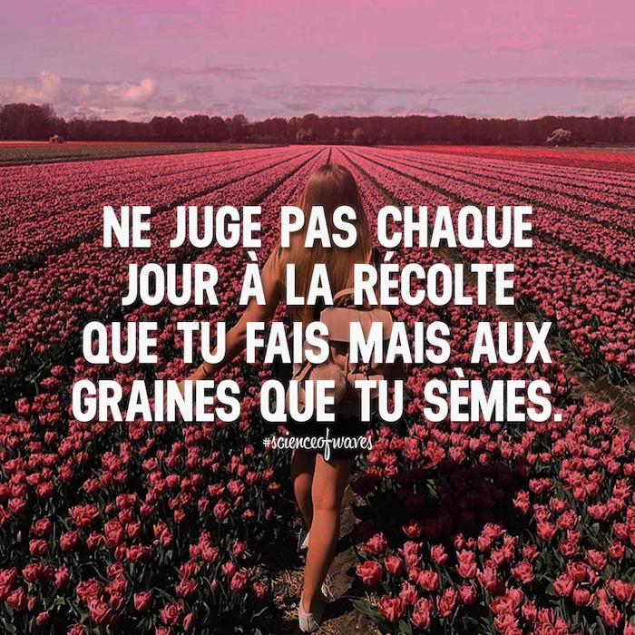 les plus belles citations, femme dans la nature, paysage champs aux tulipes, ciel rose, phrase inspirante