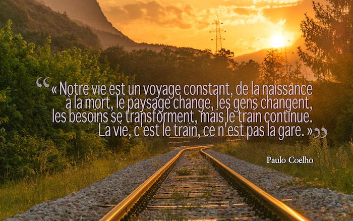 belle phrase sur la vie, photo coucher de soleil sur les rails, forêt et brouillard, fond d'écran avec citation