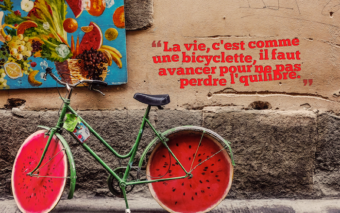 jolie phrase, dessin aux fruits tropicales, vélo dans la rue, vélo vert aux pneus motifs pastèque