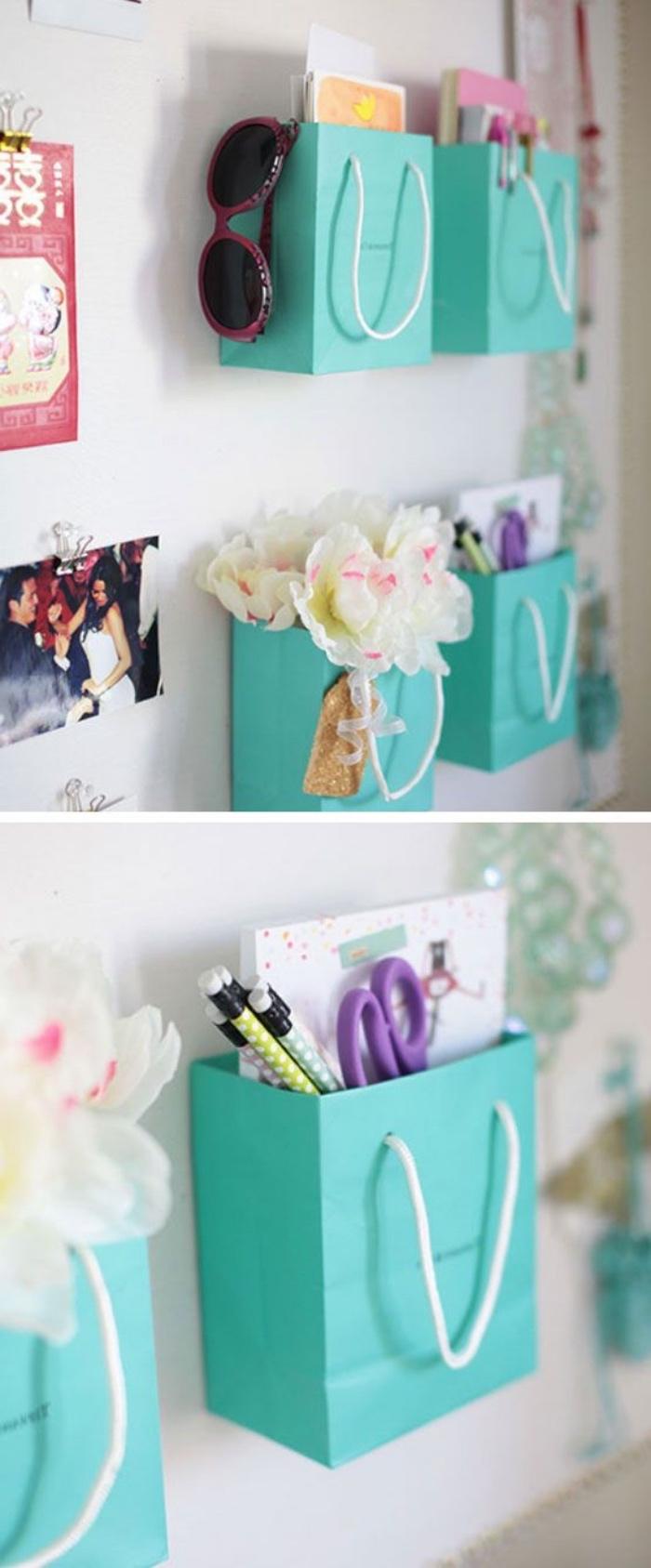 idée rangement faicle, des sac en papier bleu, fixés au mur, rangement fournitures bureau, petites decorations, deo chambre ado diy