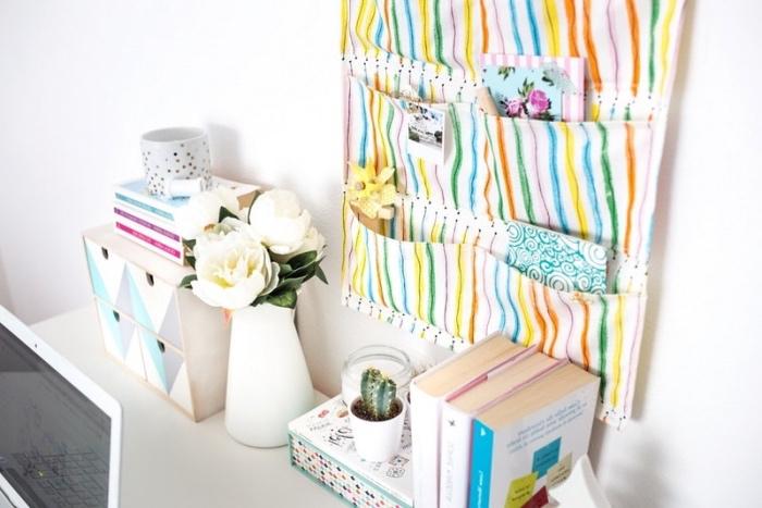diy rangement mural en tissu a rayures colorées avec des poches de rangement, idée deco chambre