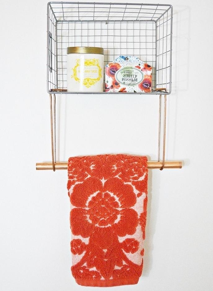 idée rangement mural en panier en fil de fer et tube en cuivre suspendue pour accrocher sa serviette, idée de bricolage rangement dans la salle de bains